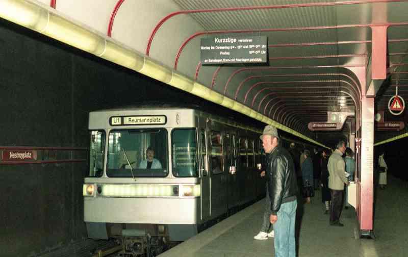 Kurzzüge wurden mit schwarzen Hinweistafeln markiert.