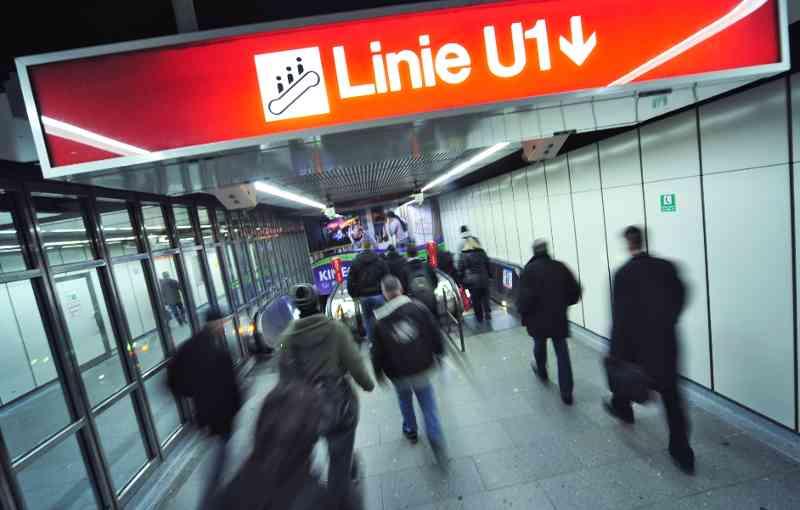 Die Linie U1 hält an einem der zentralsten Knotenpunkte, dem Stephansplatz