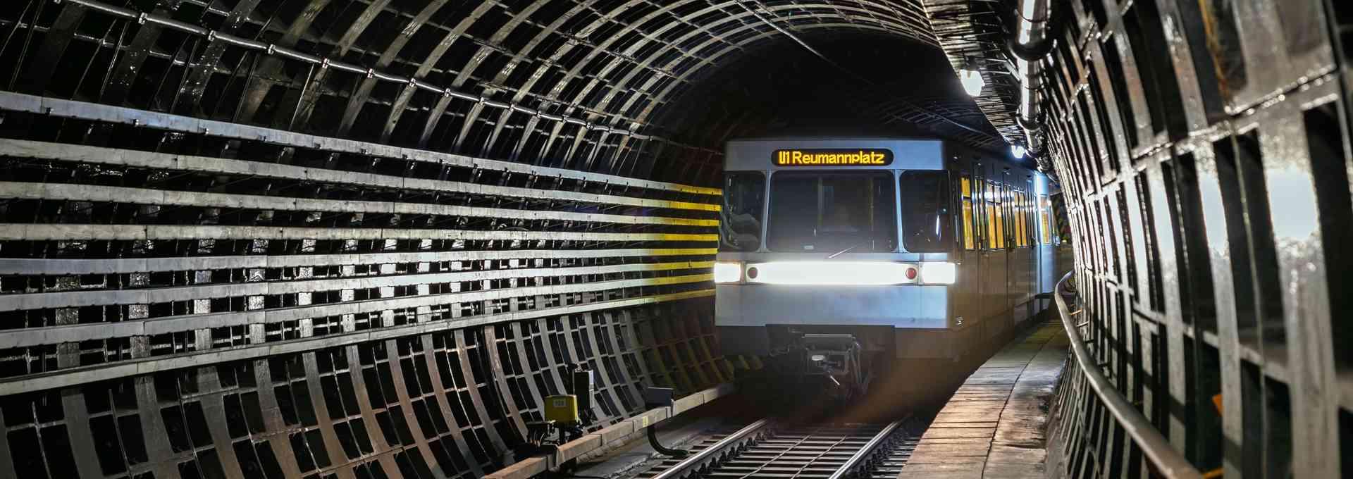 Durch Reibung entsteht Hitze und durch Bremsen wird Energie frei. Um diese Energie in unserem U-Bahn-Netz bestmöglich nutzen zu können, haben wir eine innovative Lösung gesucht: das Forschungsprojekt Brake Energy.