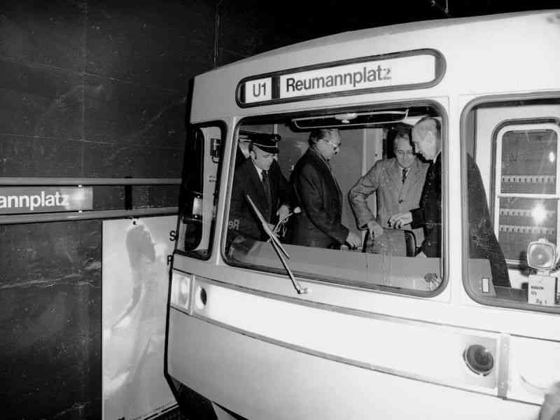 1978 Bundespräsident Kirchschläger übernimmt das Cockpit bei der U1-Jungfernfahrt.