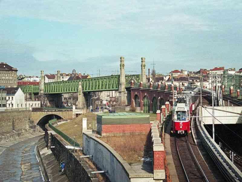 1998 Auf der U6 kamen noch Mischzüge aus Straßenbahn und Niederflur T-Wagen zum Einsatz.