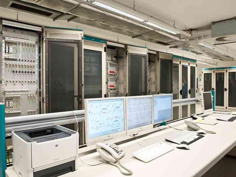 Eines unserer modernen elektronischen Stellwerke, die die notwendigen Daten digital verarbeiten.