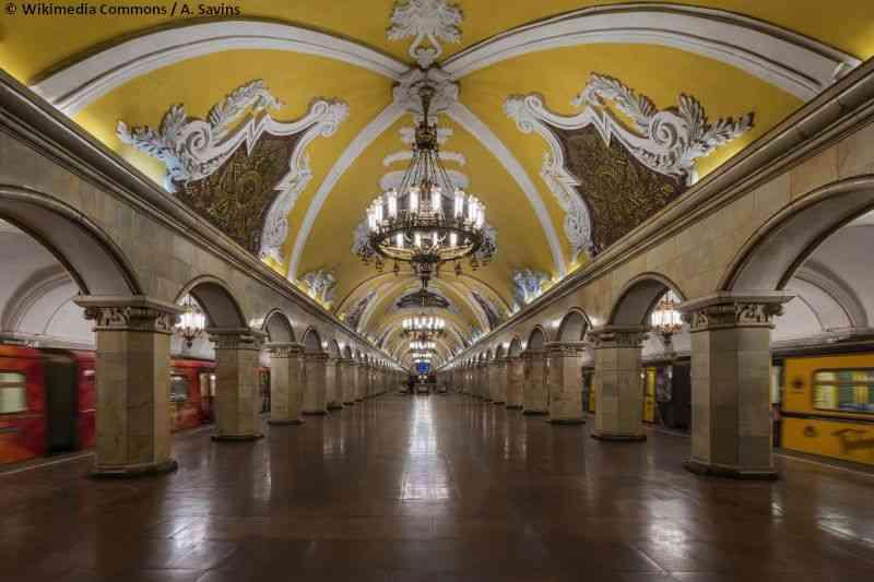 Mit den großen Kronleuchtern und den mit Marmor verkleideten Bauwerken hat Moskau wohl die prunkvollsten U-Bahn-Stationen der Welt.