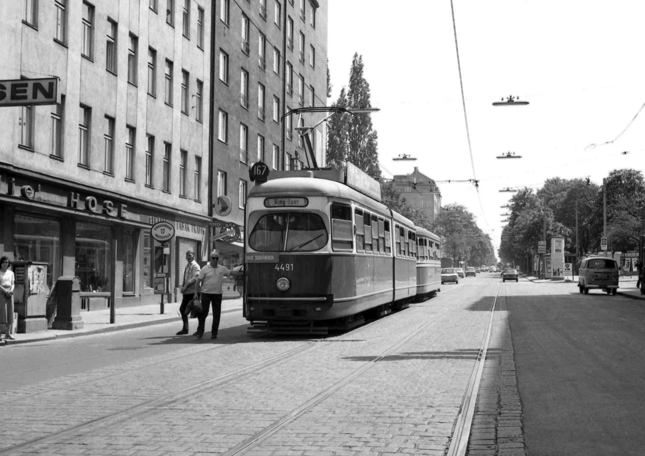 Die Straßenbahn im Jahr 1971 auf der Favoritenstraße.