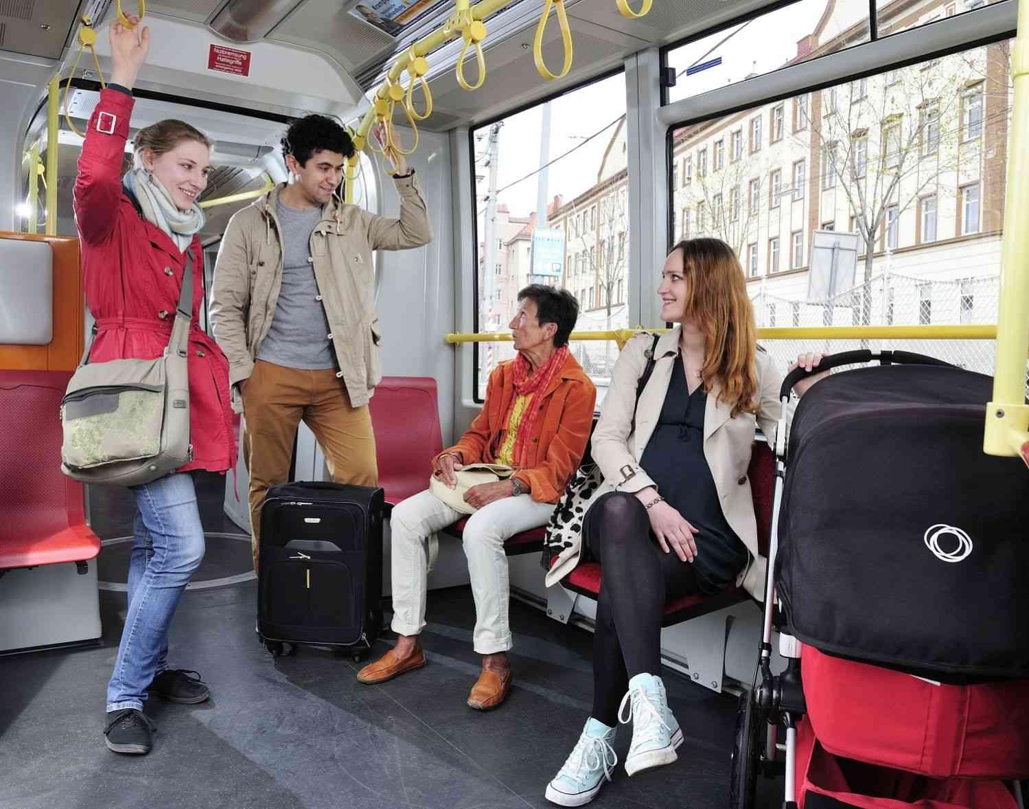 Mehr Platz für Eltern mit Kinderwägen, für Gepäck und Rollstühle - die neuen Fahrzeuge bieten mehr Platz für jede Lebenslage.