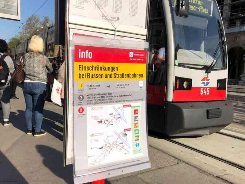 Eigens erstellte Fahrpläne informieren die Fahrgäste über Linienführungen und Sperren während des Vienna City Marathons.