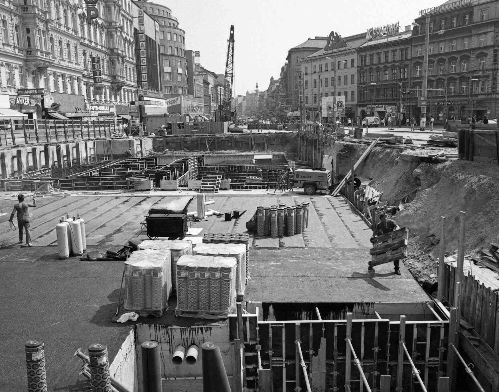 In der Mariahilfer Straße wurde im Sommer 1989 an der Fertigstellung der U3 gearbeitet.