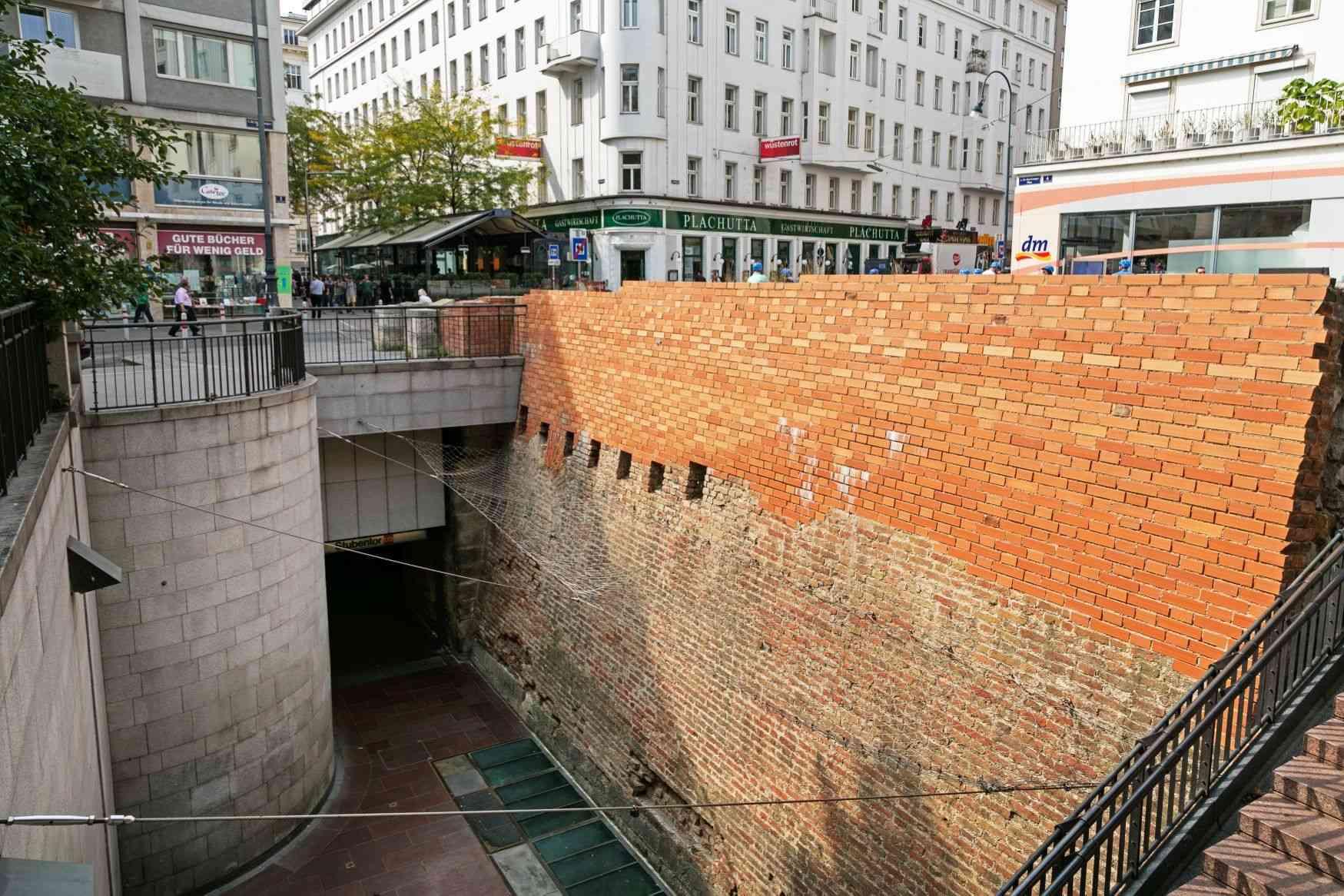 Die Station Stubentor beinhaltet Bestandteile der alten Stadtmauer Wiens.