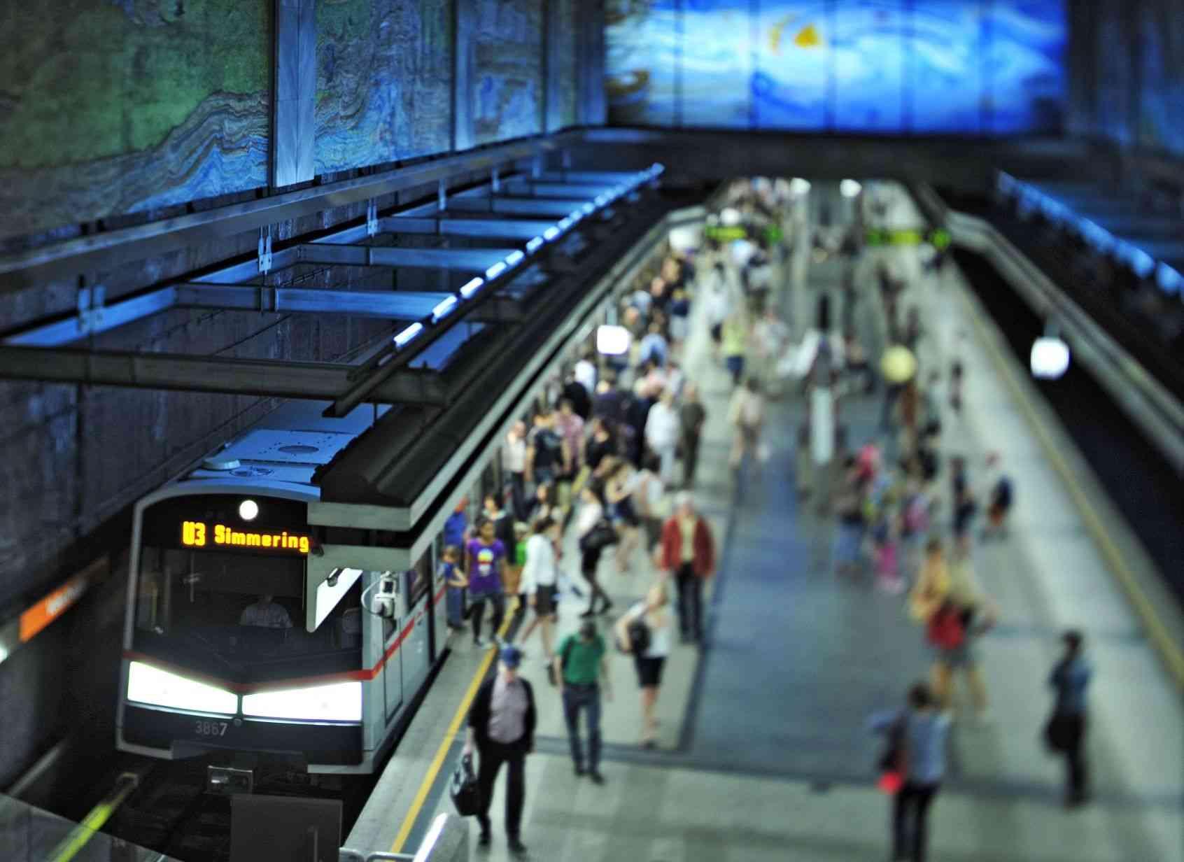 In der Station Volkstheater wurde das erste U-Bahn-Kunstwerk in Wien 1991 von Anton Lehmden gestaltet.