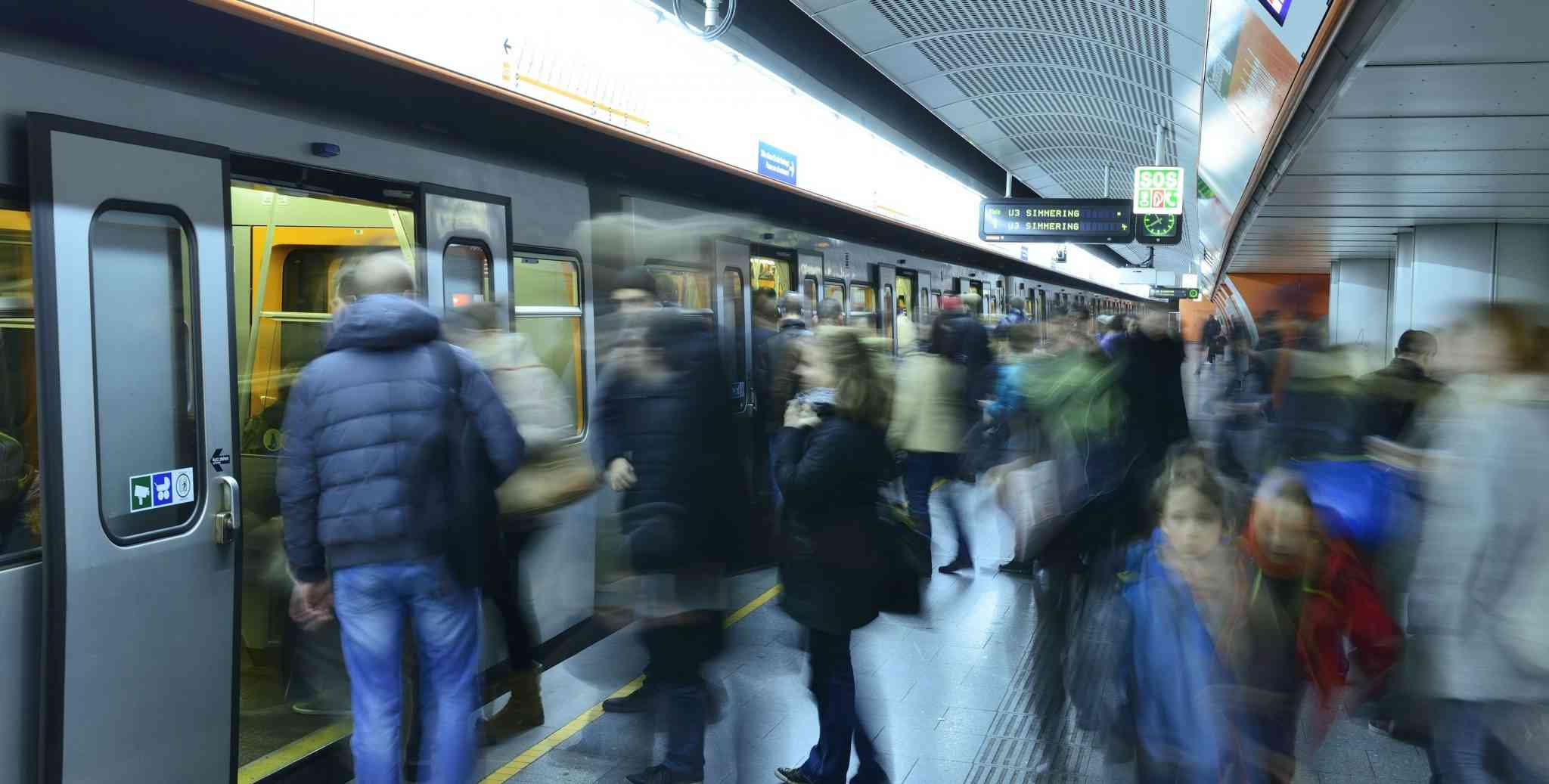 Die U3 befördert in ihren Stoßzeiten alle 2 bis 3 Minuten Fahrgäste von Simmering bis Ottakring.