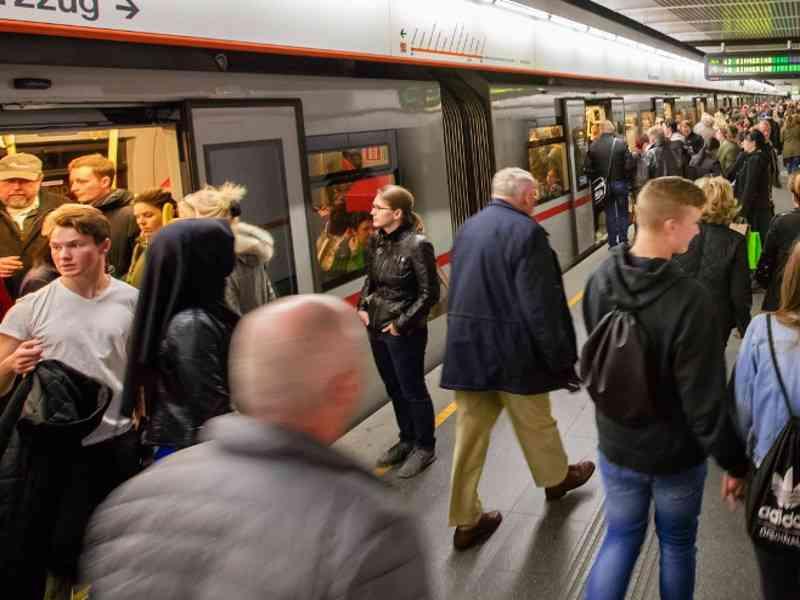 In Spitzenzeiten werden in einer U-Bahn-Garnitur rund 900 Menschen auf einmal befördert.