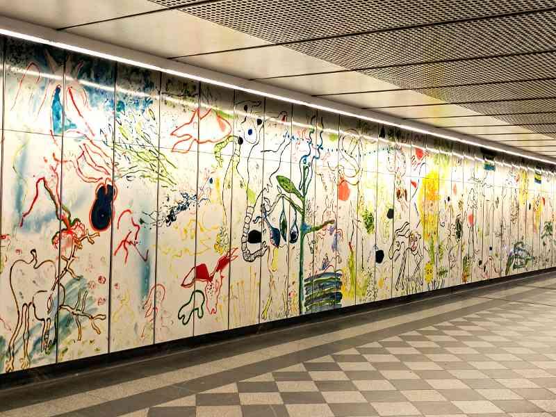 Im Gang der U3-Station Landstraße ist eine Kunstinstallation von Oswald Oberhuber ausgestellt.