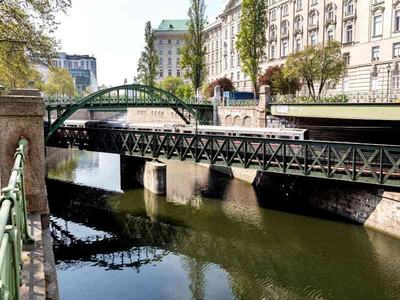 Die grüne Linienfärbung zieht sich wie ein Band durch die Trasse der U4, wie auch hier auf der Zollamtbrücke.