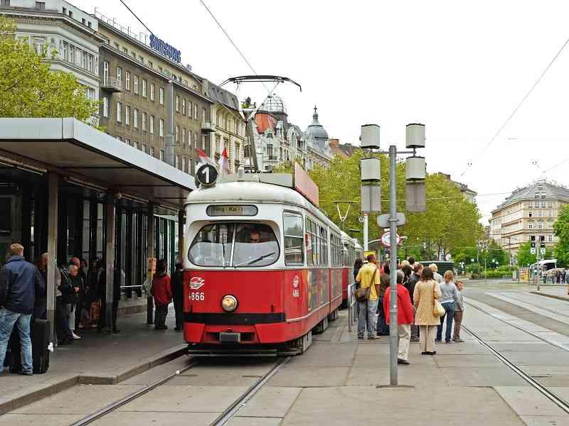 Eine Straßenbahn der Linie 1 mit Zielschild Schwedenplatz