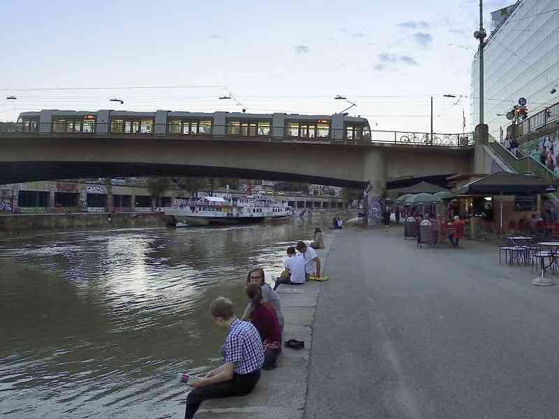 Am Donaukanal trifft die U4 unter anderem auf die Straßenbahnlinie 2.