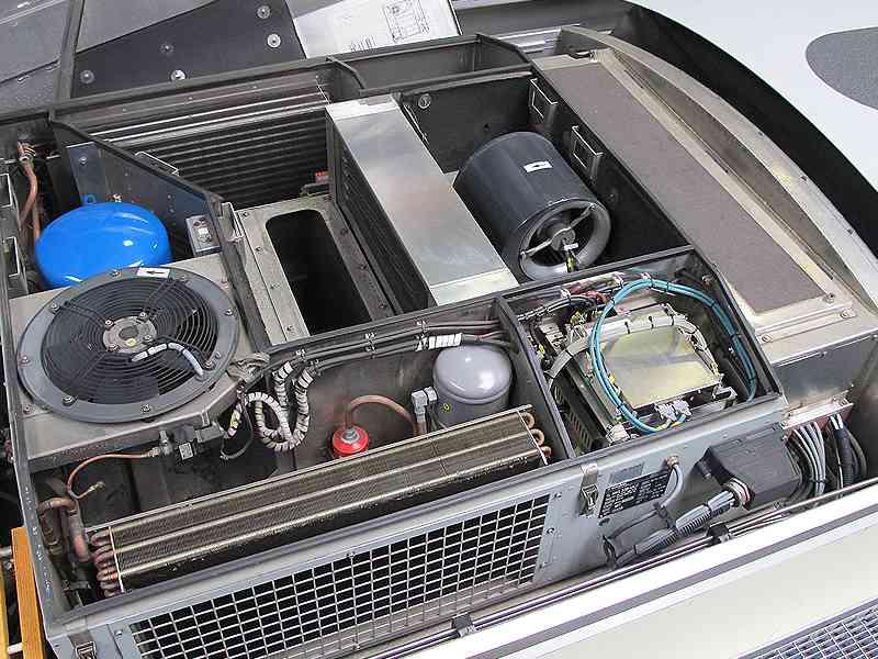 Bei Niederflurfahrzeugen (hier ein ULF) sind die Klimaanlagen auf dem Dach verbaut.