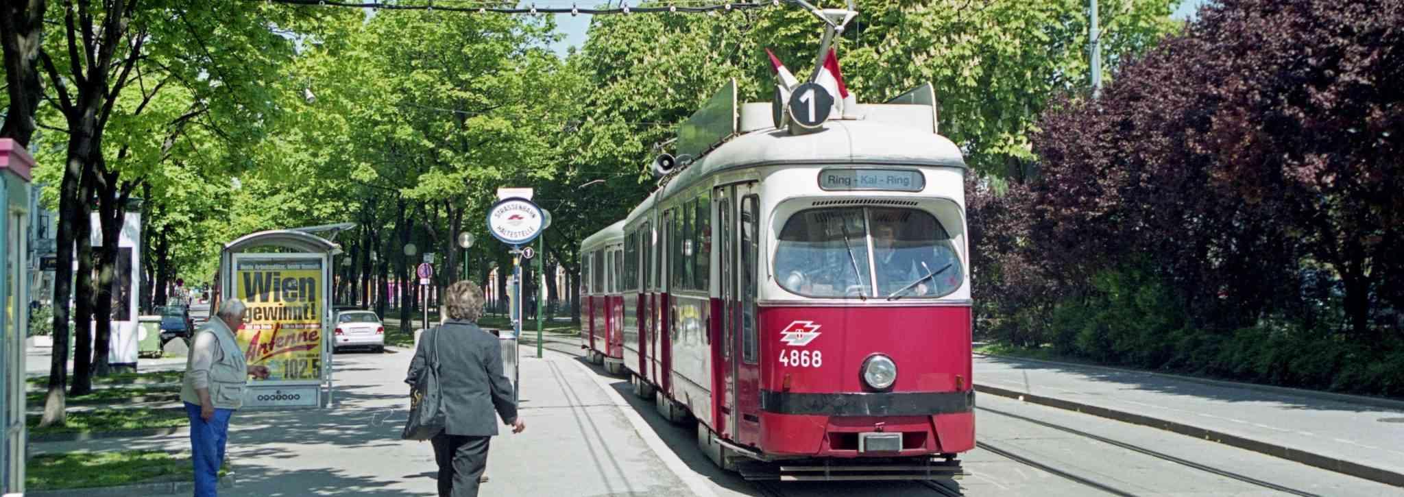 Eine Straßenbahn der Linie 1 mit altem Zielschild.