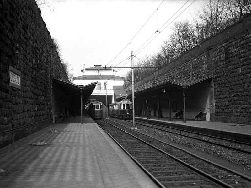Die Stadtbahn an der Station Burggasse.