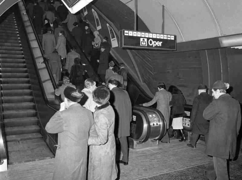 Reger Ansturm bei der U1-Eröffnung am Karlsplatz 1978.