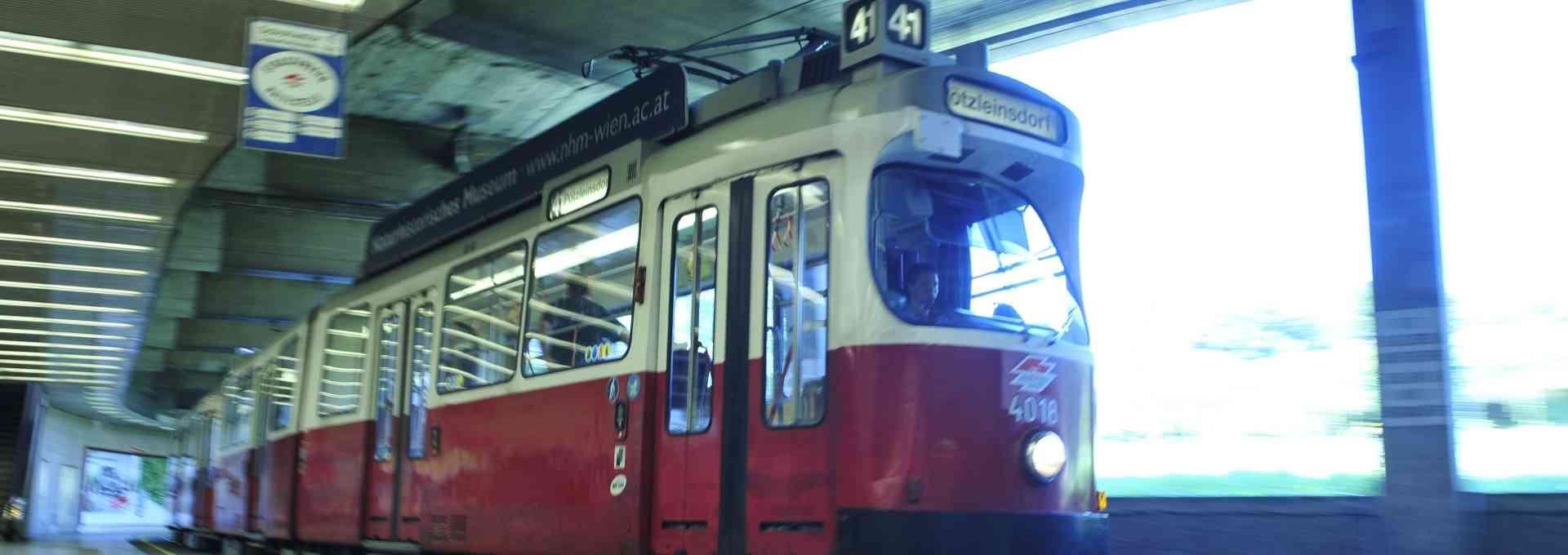 Strassenbahn der Linie 41 im Bereich Schottentor / Universität.