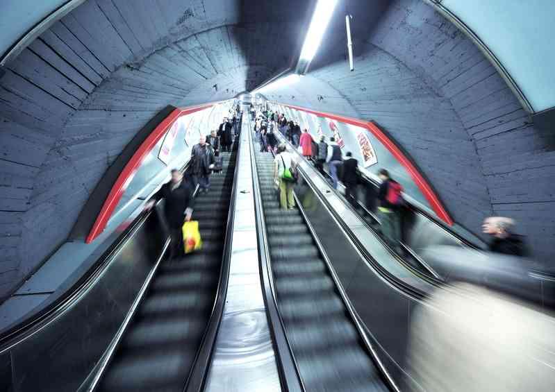 Nicht nur zur Rush Hour wichtig: auf der Rolltreppe immer rechts stehen.