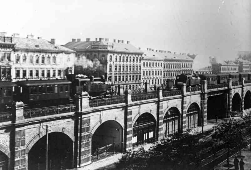 Ein Dampfzug der alten Stadtbahn um 1918 am Josefstädter Gürtel.