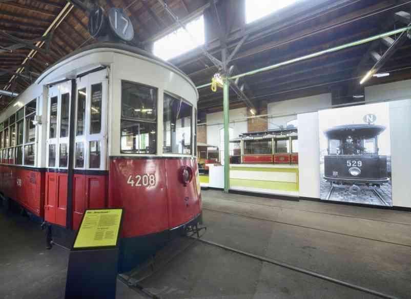 """Eine """"Amerikaner"""" Straßenbahn im Verkehrsmuseum Remise in Wien Erdberg."""