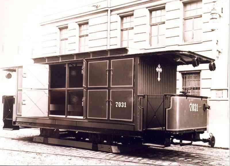 Im umgebauten Beiwagen der Leichentram hatten bis zu 12 Särge Platz.