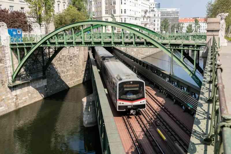 Die U4 über dem Wien-Fluss auf einer Brücke aus der Zeit Otto Wagners