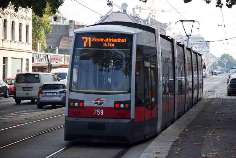 Die Linie 71 auf dem Weg zum Zentralfriedhof.