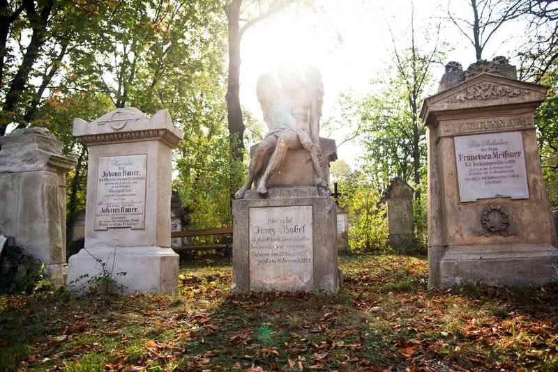 Viele Grabsteine des Friedhofs St. Marx sind noch erhalten.