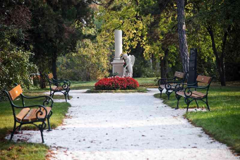Ein Weg mit weißem Kies führt zum Mozartgrab.