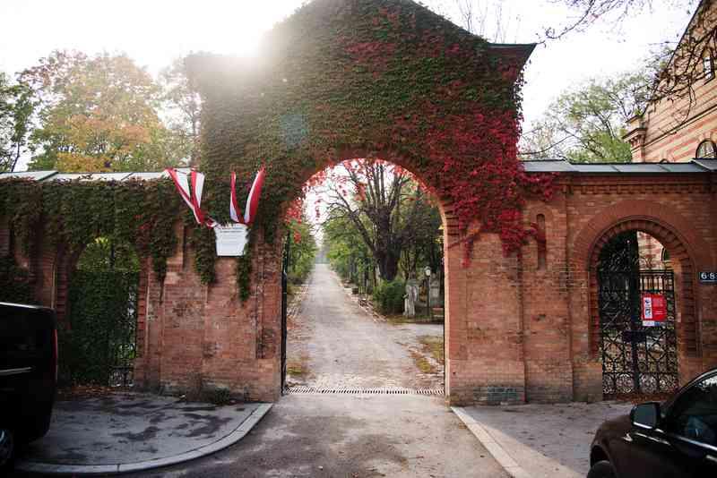 Das Tor zum Friedhofspark in St. Marx.