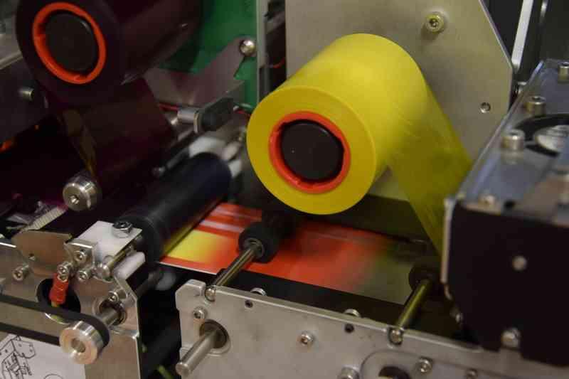 Die gelben, roten und blauen Bestandteile des Fotos werde nacheinander auf die Karte gedruckt.