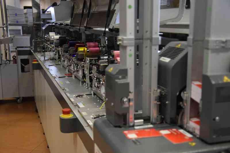 In dieser Maschine wird eine Jahreskarte in nur 17 Sekunden gedruckt.