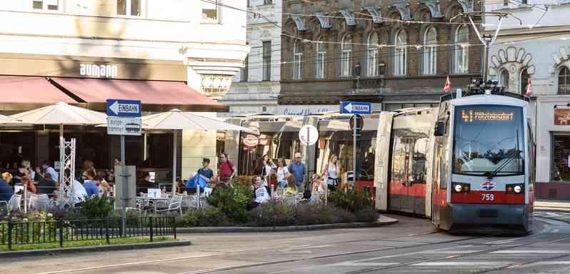 """Die Linie 41 fährt direkt am """"Aumann Café"""" vorbei."""