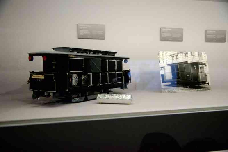 Das Modell einer Leichentram steht im Bestattungsmuseum.