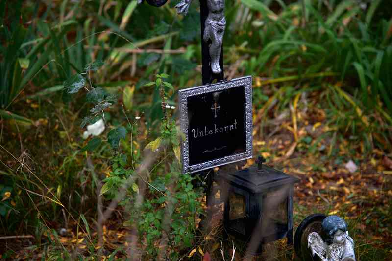 """Bei nicht identifizierbaren Leichen wurden Schilder mit der Aufschrift """"Unbekannt"""" oder """"Namenlosen"""" am Grab angebracht."""