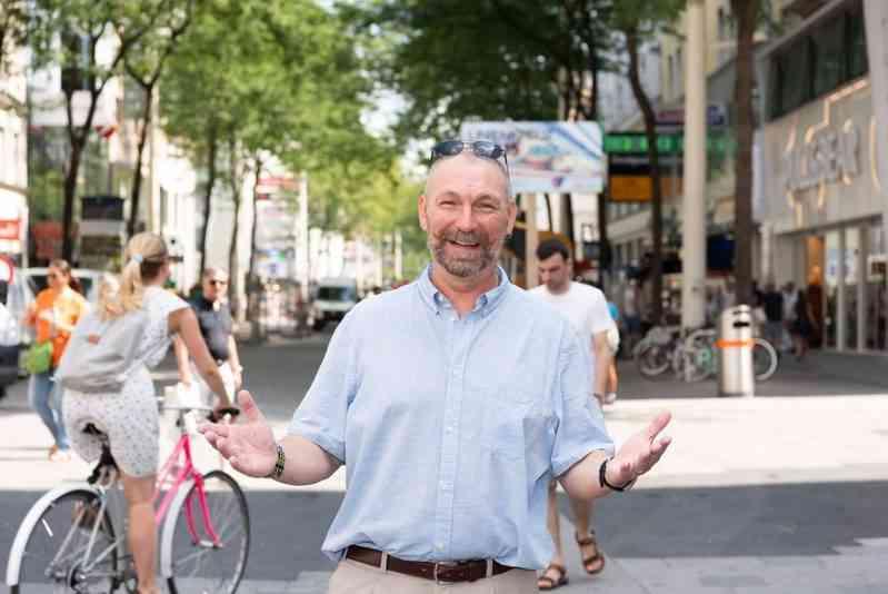 Franz Schwarz ist für 65.000 zuständig.