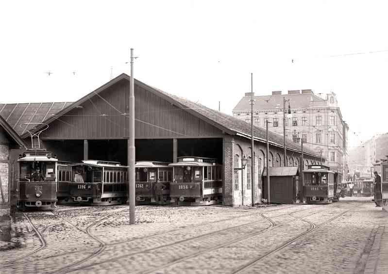 Der Bahnhof Hernals um 1906 u.a. mit der Type G und offenen Beiwagen.