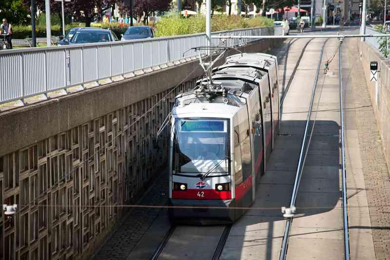 """Die Linie 41 fährt in den unteren Teil des """"Jonas-Reindl"""" ein."""