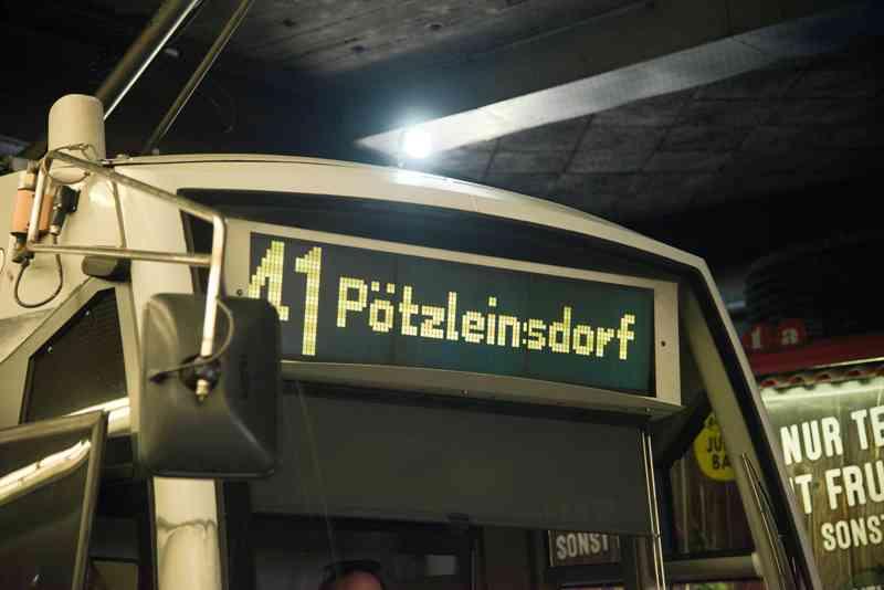Die Zielanzeige in der Bim sagt uns unseren letzten Halt an: Pötzleinsdorf.