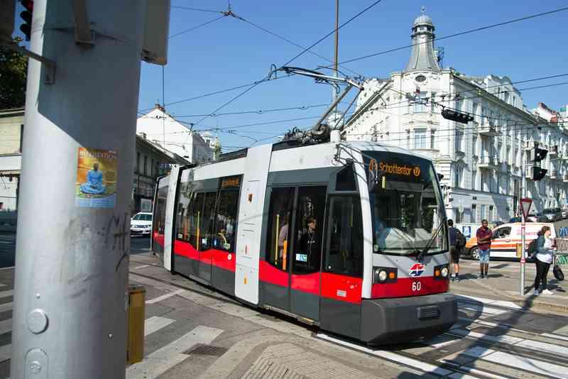Die Linie 41 biegt gerade in die Haltestelle Gersthof ein.