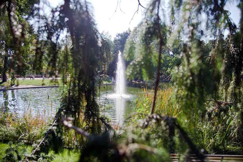 Bis spät in den den Herbst sind die Springbrunnen im Park aktiv.