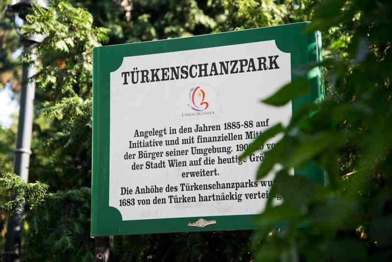 Schilder am Eingang des Türkenschanzparks erzählen von der Geschichte.