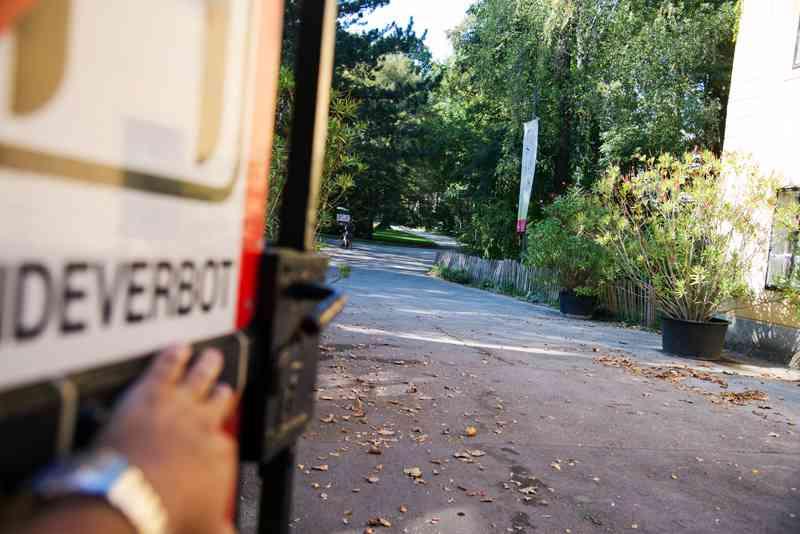 Das Tor zum Pötzleinsdorfer Schlosspark muss mit viel Kraft geöffnet werden.