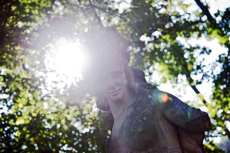 Im ganzen Park stehen Statuen und Denkmäler wie dieses hier.