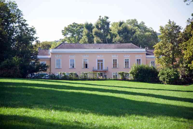 Das Schloss Pötzleinsdorf liegt mitten im Park.