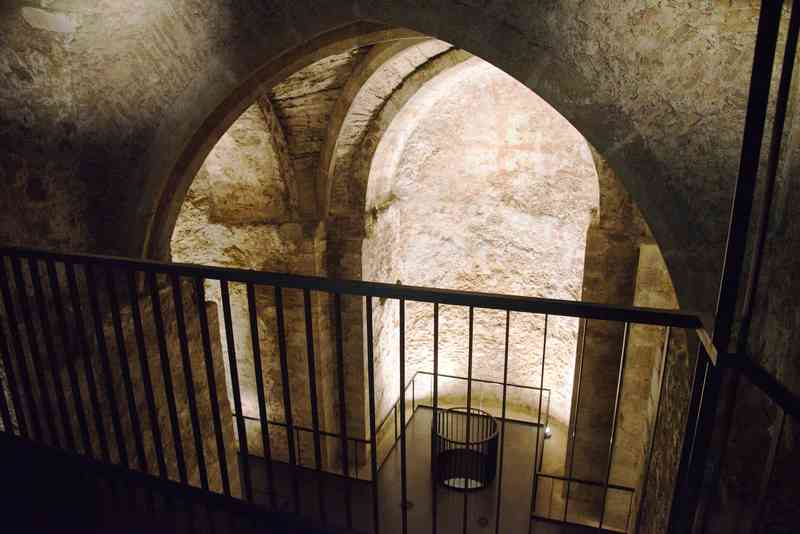 In der U-Bahn-Station Stephansplatz kann man einen Blick in die Virgilkapelle werfen.