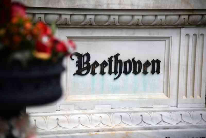 Das Grab von Beethoven liegt direkt neben dem Denkmal von Mozart.